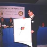 Gosp. Đorđević, predaje poklon od RC Beograd gosp. Simiću ...
